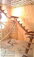 Каркас лестницы открытого типа на одном центральном косоуре с двумя площадками и промежуточным маршем