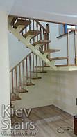 Металлический каркас лестницы с деревянными ступеньками и перилами