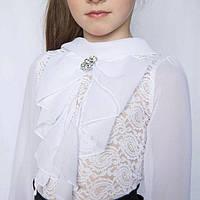 Белая школьная блуза с бантом и брошью