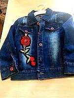 Джинсовый костюм для девочки украшен цветами: штаны и пиджак
