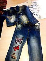 Стильный джинсовый костюм для девочки украшен бабочками: штаны,пиджак и гольф