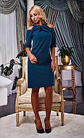 Изумрудное платье с открытыми плечами