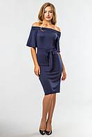Темно-синее нарядное платье до колен с открытыми плечами и поясом
