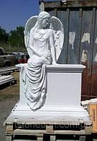 Памятник в виде ангела на тумбе из литьевого мрамора