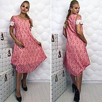Легкое летнее платье в абстрактный принт, украшено кружевом.