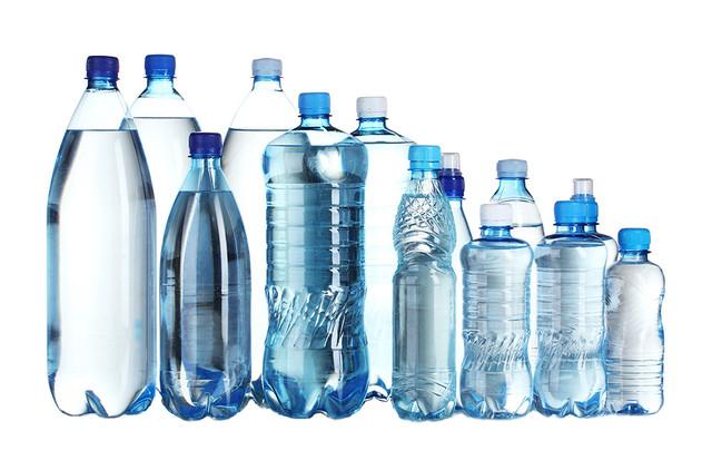 Пластиковые бутылки разных размеров формы и цвета