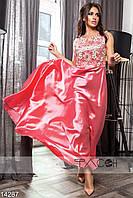Элегантное вечернее платье приталенного силуэта с клешеной юбкой, сверху декорированное кружевом.