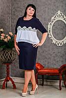 Стильное женское платье украшено шифоном и кружевом синего цвета