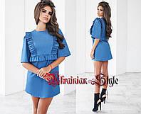 Женское короткое джинсовое летнее платье с рюшами.