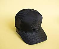 Черная кепка тракер с узором на козырьке