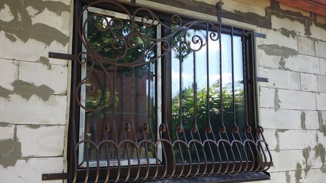 Кованая решетка на окно .