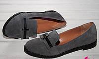 Женские замшевые туфли-лоферы серые