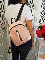 Стильный женский кожаный рюкзак с молнией карманом по центру розовый пудра, фото 1