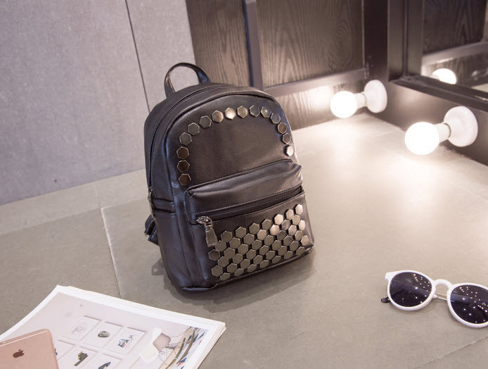 Модный городской рюкзак с заклепками- сотами