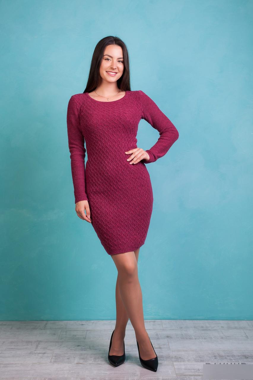 Женское вязаное  платье с узором в ромбы пурпурного цвета