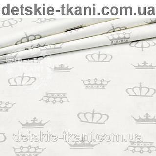 Бязь с разными серыми коронами на белом фоне (№179а)