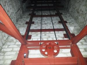 Консольный электрический подъёмник г/п 2500 кг. Монтаж в готовую кирпичную шахту.