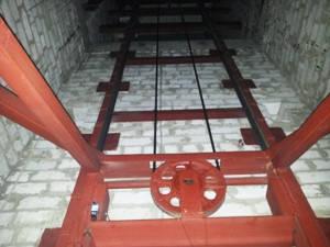 Консольный электрический подъёмник г/п 2500 кг. Монтаж в готовую кирпичную шахту., фото 2