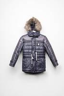Детская зимняя куртка для мальчика застегивается на «молнию», прикрытую планкой на кнопках