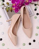 Лаковые бежевые туфли на шпильке