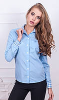 Рубашка голубого цвета с воротником и манжетами в клетку
