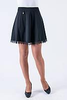 Молодежная подростковая юбка украшена ажурными вставками черного цвета