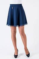 Молодежная подростковая юбка украшена ажурными вставками синего цвета