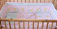 Защита бампер в детскую кроватку Мишка на луне розовый