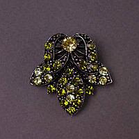 "Брошь Лилия 4х3,5см зеленые кристаллы , цвет металла ""серебро"""