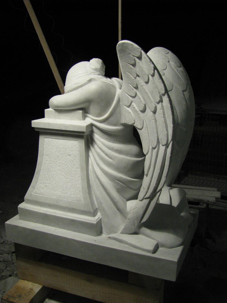 Скорбящий ангел из белого мрамора