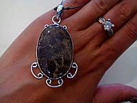 Кулон - окаменелый коралл в серебре.