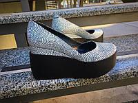 Женские кожаные туфли с тиснением