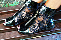 Стильные молодежные лаковые черные босоножки открытым носком и гипюровой вставкой. Арт-0651