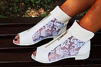 Стильные молодежные кожаные белые босоножки открытым носком и гипюровой вставкой. Арт-0652