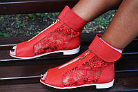 Стильные молодежные кожаные красные босоножки открытым носком и гипюровой вставкой. Арт-0653