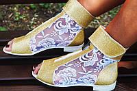 Стильные молодежные золотистые босоножки открытым носком и гипюровой вставкой. Арт-0655