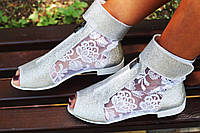 Стильные молодежные серебристые босоножки открытым носком и гипюровой вставкой. Арт-0654