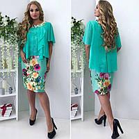 Яркое оригинальное платье в цветочный принт и однотонная накидка.
