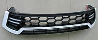 Toyota Hilux Revo 2014 решетка радиатора черная с белой полосой LED