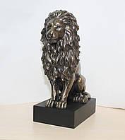 Дизайнерская статуэтка Лев на подставке Veronese 22 см 76813A4, символ мужества
