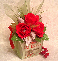 Подарок на 8 Матра! Композиция из конфет с Рафаэлло и Ферреро Роше