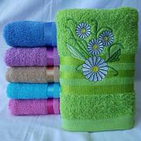 Махровое качественное полотенце для лица  с вышитыми ромашками. Размер: 1,0 x 0,5