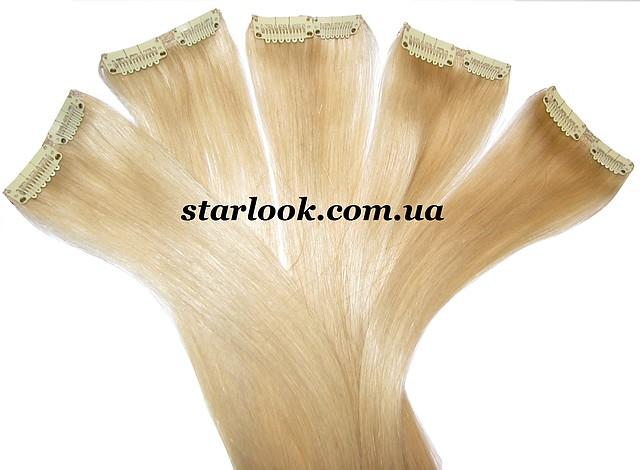 Прядь натуральных волос на заколке блонд.