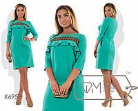 Платье из костюмки с рукавами 3/4 и декольтированной полосой кружева с пышной оборкой над грудью