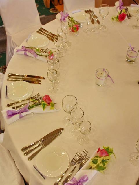 Вот так располагаются гости за круглым банкетным столом для ресторана. Если стол 180см в диаметре, то легко и удобно можно рассадить до 12 человек за одним столом. Получается хорошая компания и всем комфортно.