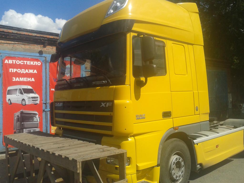 Замена лобового стекла на грузовике DAF XF 105