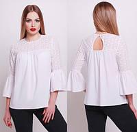 Белая свободная блузка с прошвой