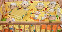 Защита бампер в детскую кроватку  из двух частей Барашек желтый