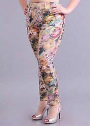 Яркие женские брючки в цветочный принт.