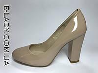 Бежевые туфли лаковые на устойчивом каблуке